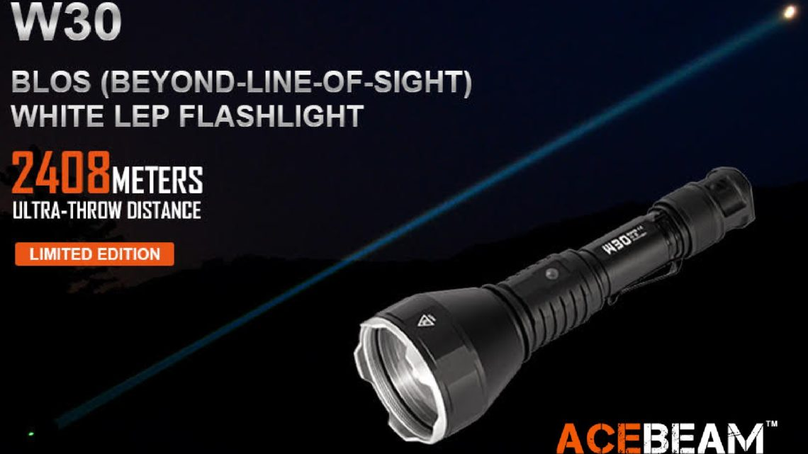 A lanterna com luz LEP Acebeam W30 chega até 2400 metros